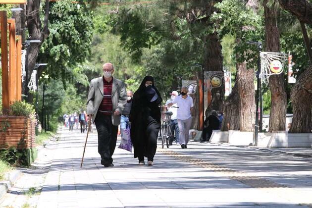 65 yaş üstü vatandaşlar bayramda sokakların keyfini çıkartıyor