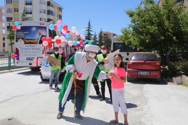 Nasreddin Hoca çocuklara pamuk şeker dağıttı