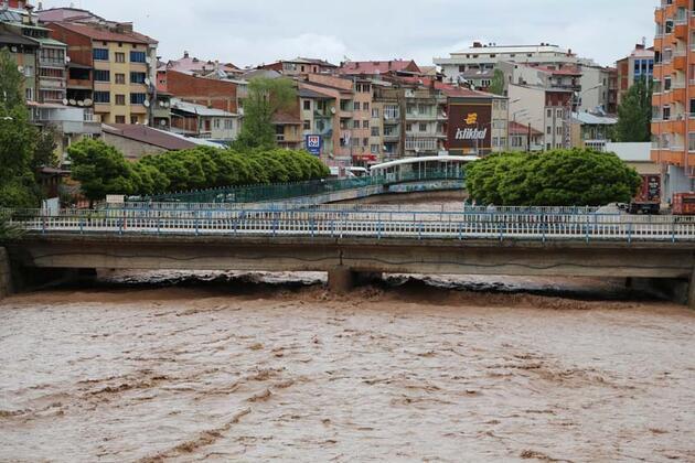 Erzurum'da sel sularına kapılan bir iş makinesi hasar gördü