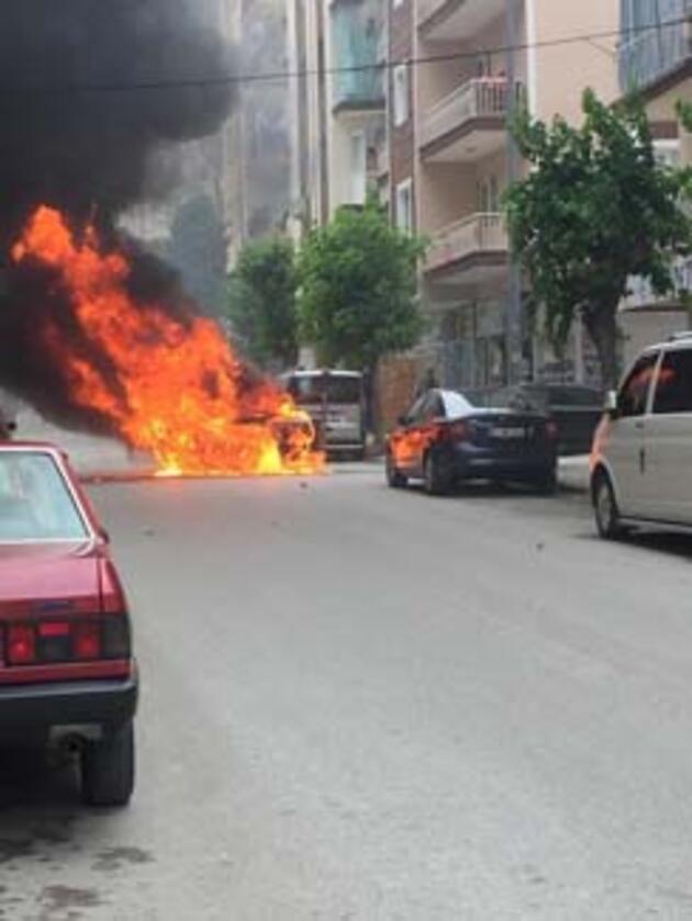 Seyir halindeki otomobil alev alev yandı, 2 araç da hasar gördü