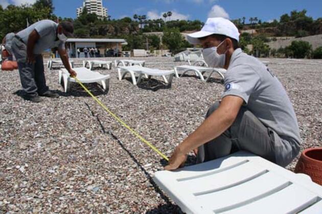 """Dünyaca ünlü Konyaaltı sahilinde """"sosyal mesafeli tatil"""" düzenlemesi"""