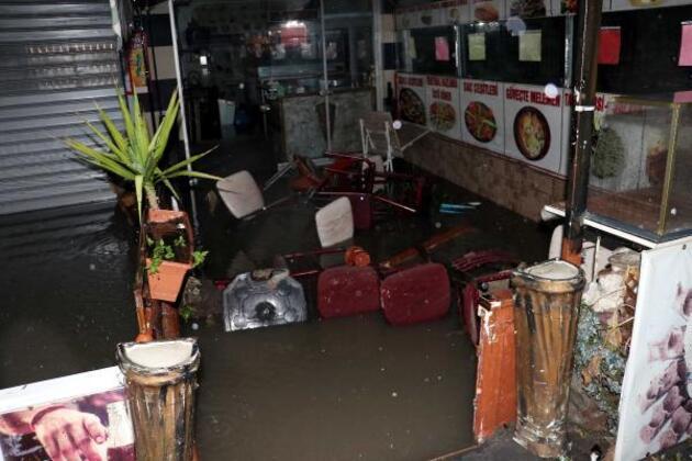 Ankara'da sağanak yağmurda ev ve dükkanları su bastı