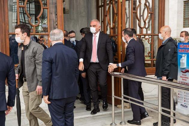 Bakan Ersoy Fatih Sultan Mehmet'in türbesini ziyaret etti