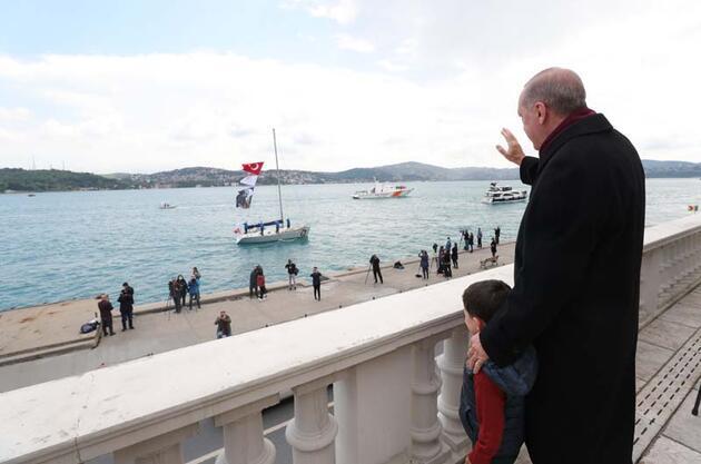 İstanbul Boğazı'nda 'Fetih Saygı Geçişi'! Genç sporcular Erdoğan'ı selamladı