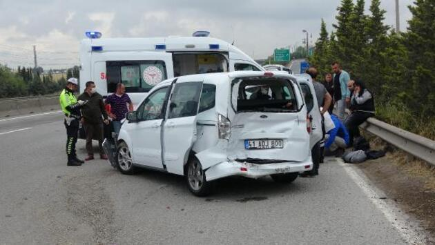 Minibüsle çarpışan hafif ticari araç bariyerlere çarptı: 2 yaralı