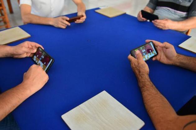 Kahvehanede cep telefonuyla okey oynadılar