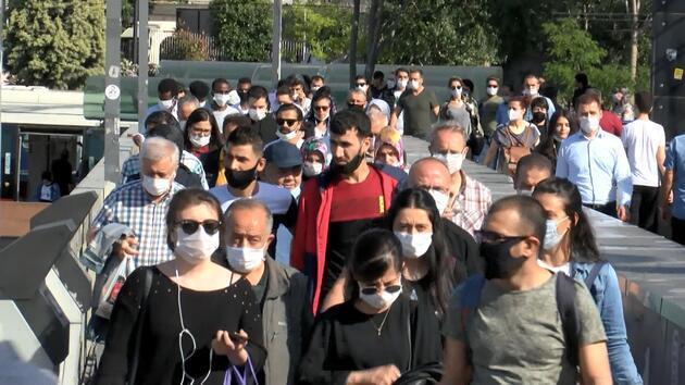 İstanbul'da toplu ulaşımda ve duraklarda yoğunluk