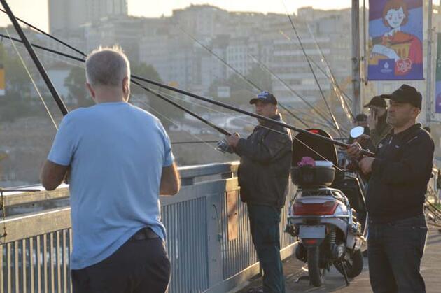 Balıkçılar oltalarını alıp Unkapanı Köprüsünde balık tuttu