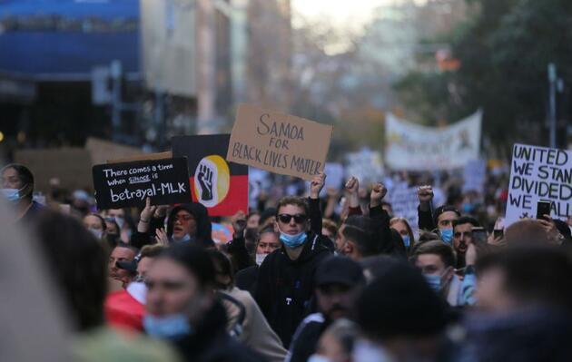 Avustralya'da Floyd için binlerce kişi sokaklara çıktı