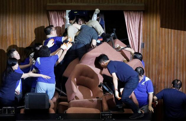 Tayvan Meclisi'nde ortalık karıştı: Kapıları sandalye ve zincirlerle kapamaya çalıştılar