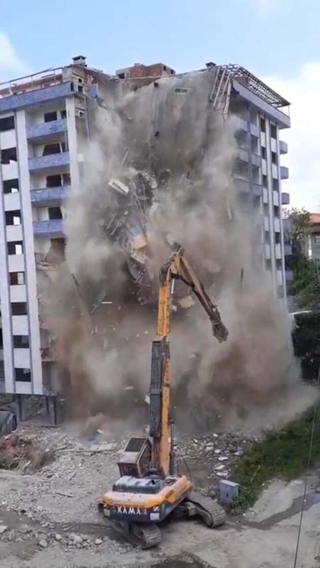 Son dakika... Yıkımı yapılan bina aniden çöktü