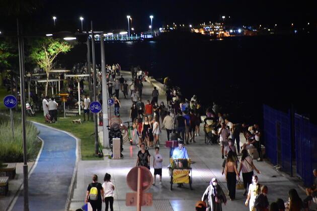 İzmir'de sahiller doldu, tedbirler unutuldu