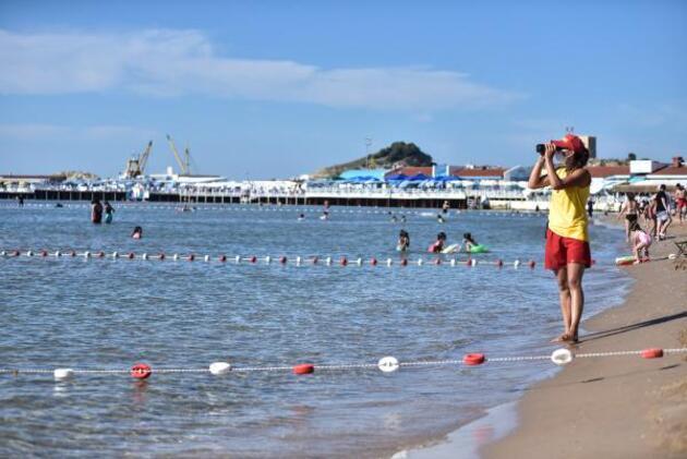 Son dakika... İstanbul plajlarında kadın cankurtaranlar göreve başladı