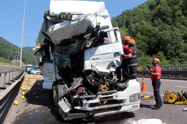 Son dakika haberi... Kamyona çarpan TIR'ın sürücüsü araçta sıkıştı