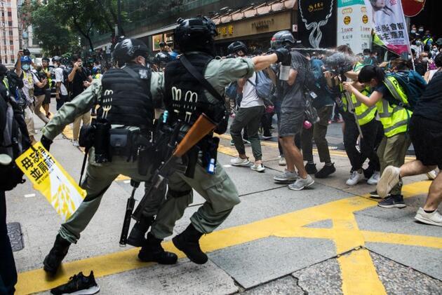 On binler sokağa döküldü: Hong Kong yine karıştı