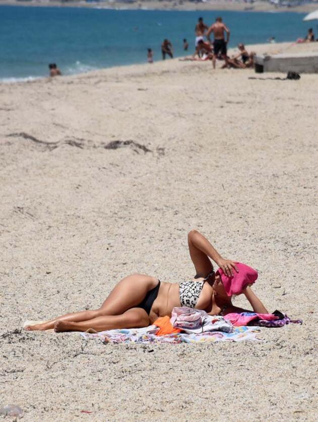 Son dakika... Kleopatra Plajı'nda tatilcilerin deniz keyfi