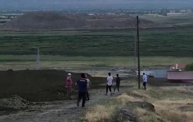 Köylüler, deredeki taşkın sırasında tehlikeyi hiçe sayıp 'selfie' çekti