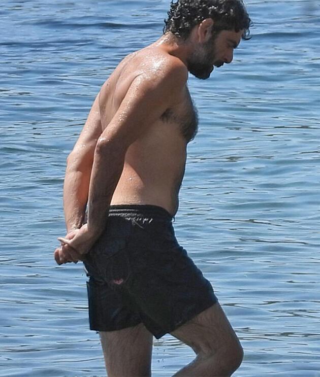Mehmet Ali Nuroğlu halk plajında denize girdi
