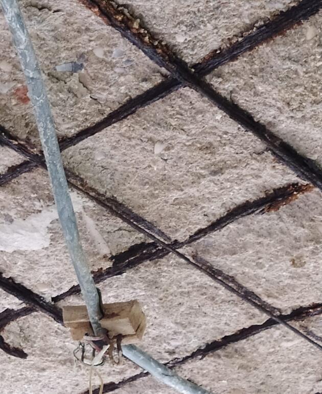 Çatlaklar üzerine binadan apar topar çıkarıldılar