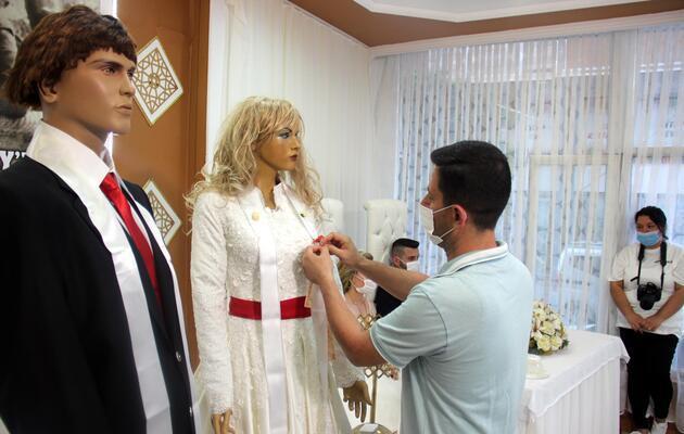 Düğüne gelenler büyük şaşkınlık yaşadı: Takılar cansız mankenlere takıldı