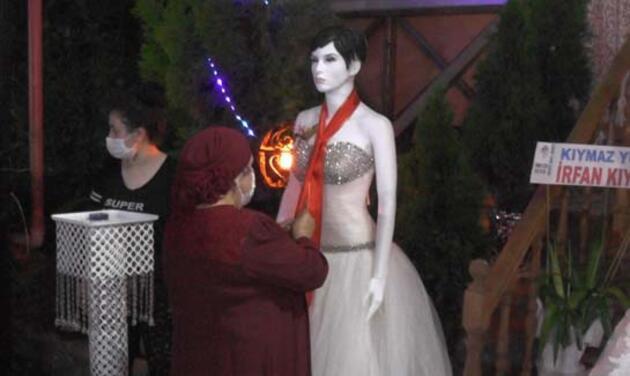 Düğünden ilginç görüntüler! Takılar cansız mankenlere takıldı
