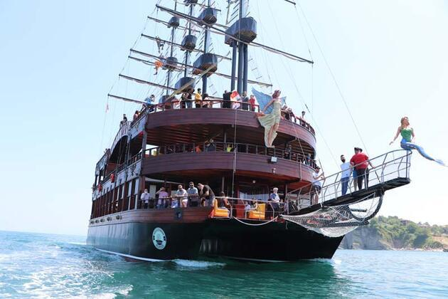 Son dakika... Gezi teknesinde sosyal mesafesiz horon