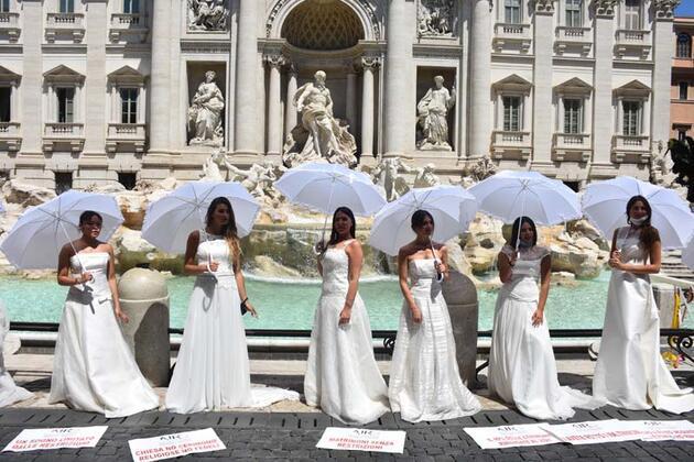Roma'da gelin adayları Kovid-19 kısıtlamalarını protesto etti