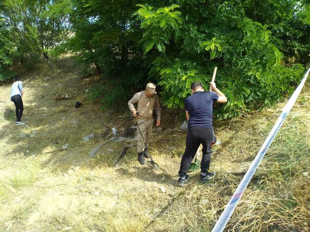 Takla atan zırhlı araçtan çevreye saçılan altınlar dedektörle aranıyor