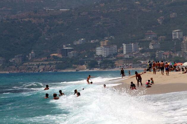 Son dakika... Alanya'ya nem bulutları indi, sıcaktan bunalan denize koştu