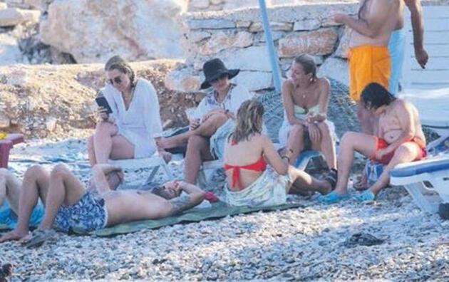 Burçin Terzioğlu halk plajında görüntülendi