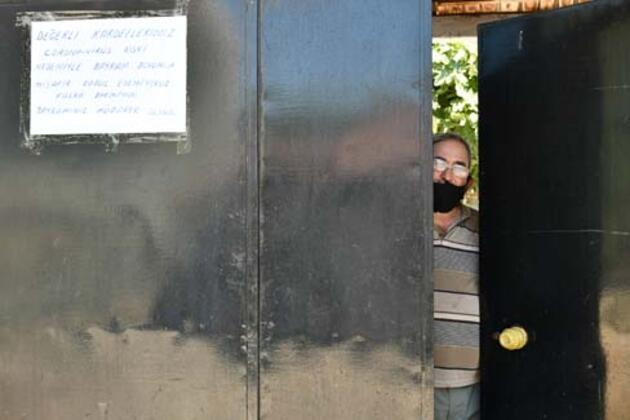 Salgın nedeniyle misafir kabul etmediğini kapısına astığı yazıyla duyurdu