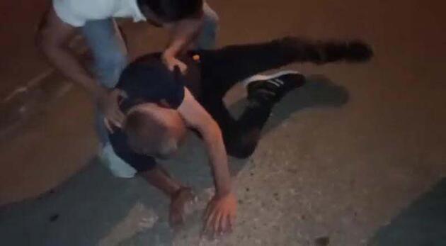 Son dakika... Uyuşturucu sattığı iddia edilen kişiyi tekme tokat dövdüler