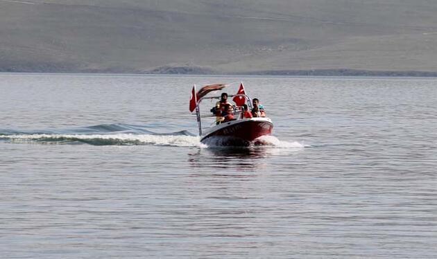 Çıldır Gölü'nün yazlık sürat tekneleri