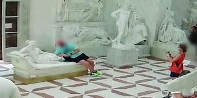 """İtalya'da fotoğraf çektirirken heykeli kıran turist: """"Sorumsuzca davrandım, özür diliyorum"""""""