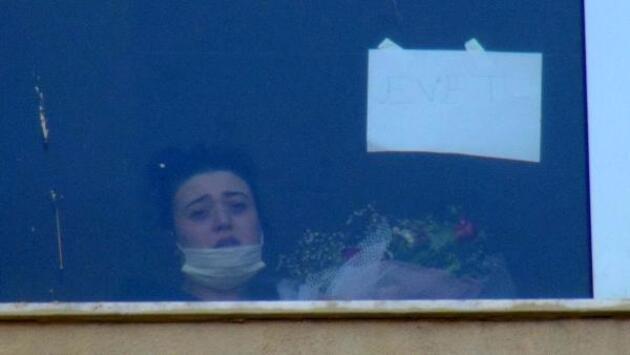Son dakika... Koronavirüs tedavisi gören kız arkadaşına hastane önünde evlilik teklif etti