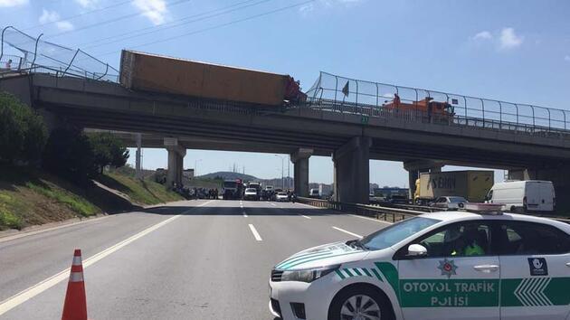 Son dakika... TIR köprüde devrildi, TEM ulaşıma kapandı