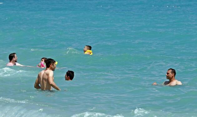 Son dakika... Uyarılar işe yaradı, denizde bile sosyal mesafeli yüzdüler