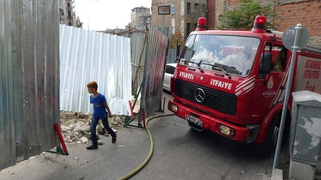 Son dakika... Beyoğlu'ndaki yangında itfaiyenin zor anları