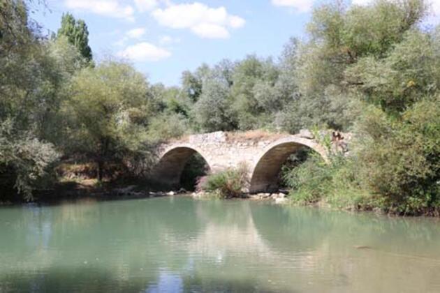 Defineciler, tarihi köprüyü tahrip etti