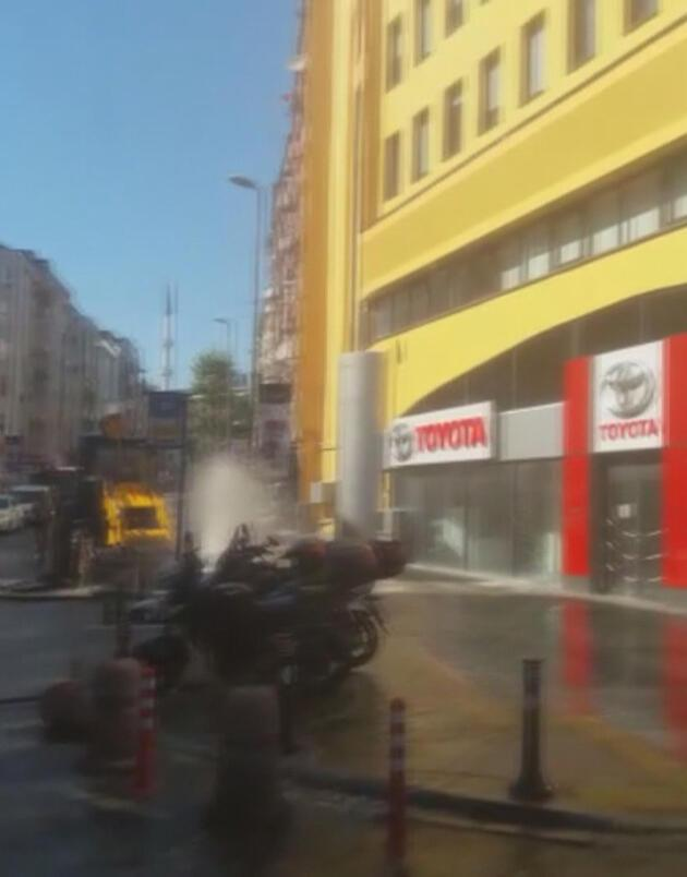 Beşiktaş'ta su borusu patladı! Yollar göle döndü