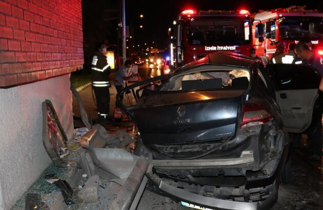 İzmir'de otomobil, üst geçidin ayağına çarptı: 1'i ağır 3 yaralı