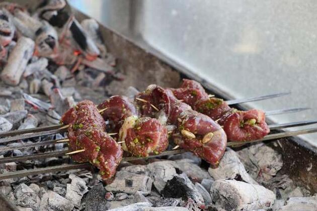 Gaziantepli kebapçı, fıstıkla eti buluşturdu! Şimdi talebe yetişemiyor