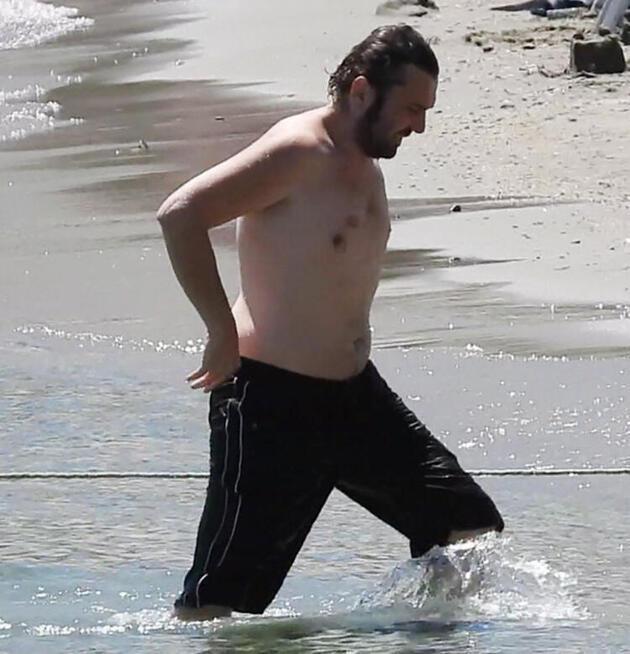 Issız adam Halil Sezai plajda