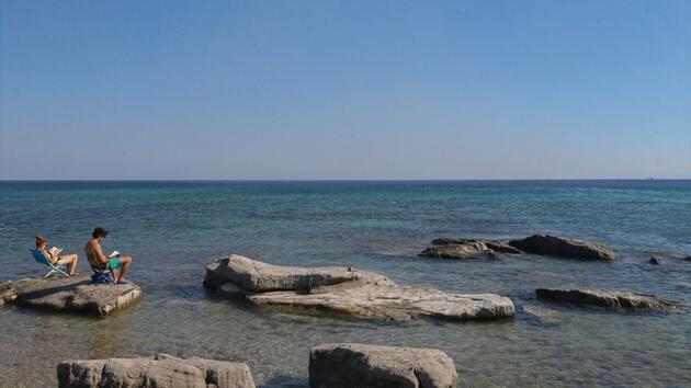Alaçatı'da rüzgar ve dalgaların oluşturduğu güzellik: Delikli Koy