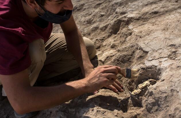 Kazdıkça altın fışkırdı: 1100 yıllık hazine tesadüfen bulundu