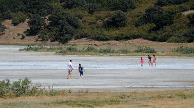 Edirne'de sıcak hava nedeniyle suyu buharlaşan gölün tuz tabakası ortaya çıktı