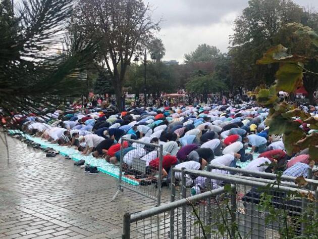 Son dakika.. Ayasofya Camii'nde yağmura rağmen Cuma Namazı yoğunluğu
