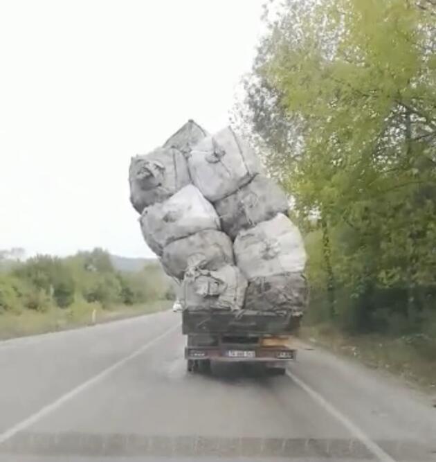 Son dakika... Yolda kamyondaki 'aşırı yük' korkuttu