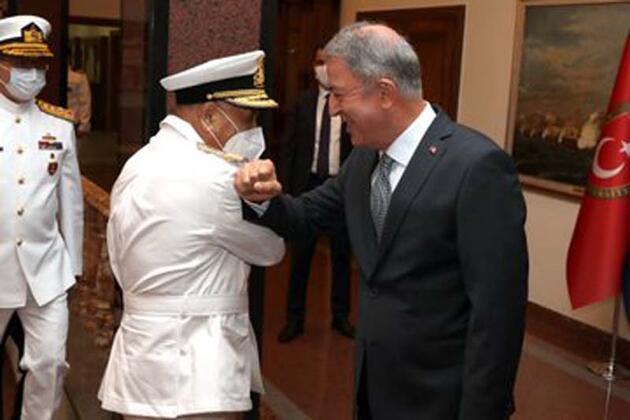 Son dakika... Bakan Akar, Libya Deniz Kuvvetleri Komutanı Abuhulia'yı kabul etti