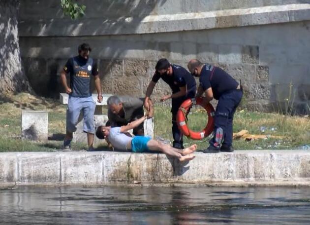 Son dakika.. Tarihi köprüde otururken kanala düştü, itfaiyenin can simidi ile kurtuldu